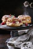Gâteau de Choux Paris Brest avec des framboises Photos stock