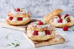 Gâteau de Choux Paris Brest avec des framboises Photographie stock libre de droits