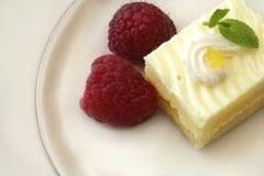 Gâteau de citron avec des framboises Photos stock