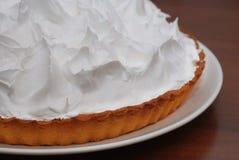 Gâteau de citron avec la tartelette de meringue sur le plan rapproché de fond de noir foncé Procédé fait maison de préparation de Image stock