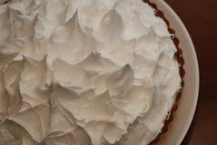 Gâteau de citron avec la tartelette de meringue sur le plan rapproché de fond de noir foncé Procédé fait maison de préparation de Photographie stock