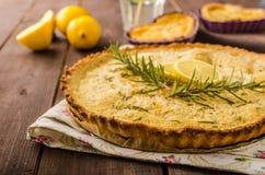Gâteau de citron avec le romarin Images libres de droits
