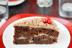 Gâteau de Cocolate avec des écrous. Image stock