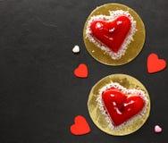 Gâteau de coeur avec des framboises pour Valentine Photo stock