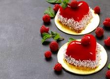 Gâteau de coeur avec des framboises pour Valentine Image libre de droits