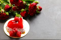 Gâteau de coeur avec des framboises pour Valentine Photos libres de droits