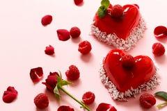 Gâteau de coeur avec des framboises pour Valentine Photographie stock libre de droits