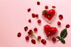 Gâteau de coeur avec le dessert de framboises pour Valentine Photos stock
