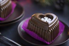 Gâteau de coeur de chocolat avec le flocon de neige blanc pour le réveillon de la Saint Sylvestre Photographie stock