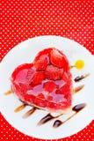 Gâteau de coeur de fraise Photos stock