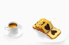 Gâteau de coeur et cuvette de café Photos stock