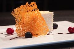 Gâteau de couche avec des baies Images libres de droits