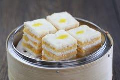 Gâteau de couche crémeux cuit à la vapeur délicieux de crème anglaise photographie stock