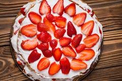 Gâteau de couche fait maison de fraise de vegan Images stock