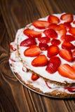 Gâteau de couche fait maison de fraise de vegan Image libre de droits
