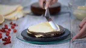 Gâteau de couche de miel de chocolat Medovik Confiseur professionnel faisant le gâteau délicieux banque de vidéos