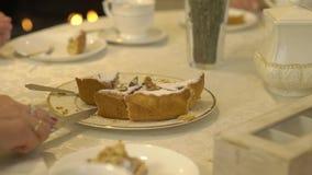 Gâteau de coupe de femme d'un plat clips vidéos