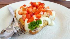 Gâteau de crème de fraise de pain grillé français Photographie stock libre de droits