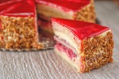 Gâteau de crème de fraise ou de framboise avec des écrous autour, tarte de fruit frais, photographie de produit pour la pâtisseri Image stock