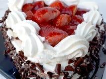 Gâteau de crème et de chocolat avec des streawberries Images stock