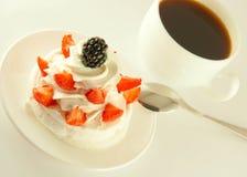 Gâteau de crème, fraises Images libres de droits