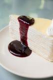 Gâteau de crêpe avec de la sauce à mûre Images stock