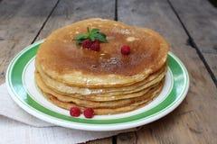 Gâteau de crêpe avec du miel Image stock
