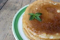 Gâteau de crêpe avec du miel Photos libres de droits