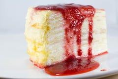 Gâteau de crêpe avec la source de fraise Images libres de droits