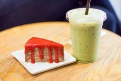 Gâteau de crêpe avec le thé vert glacé sur une table en bois images libres de droits