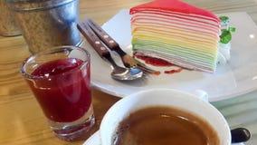 Gâteau de crêpe d'arc-en-ciel avec de la confiture de fraise et le café d'expresso Image libre de droits