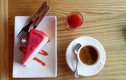 Gâteau de crêpe d'arc-en-ciel avec de la confiture de fraise et le café d'expresso Photos stock