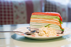 Gâteau de crêpe de couleur d'arc-en-ciel Images stock