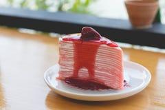 Gâteau de crêpe de fraise gâteau de crêpe de fraise avec le sau de fraise Photo libre de droits