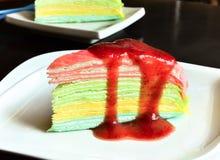 Gâteau de crêpe de vanille sur le plat avec de la confiture de fraise image libre de droits