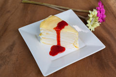 Gâteau de crêpe et sauce à myrtille de fraise Images libres de droits