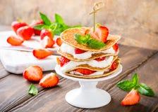 Gâteau de crêpes avec du yaourt et des fraises Photo stock