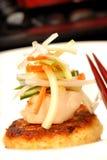 Gâteau de crabe asiatique avec le feston et les légumes Images stock
