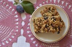 Gâteau de croustillant avec des prunes image stock