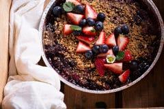 Gâteau de croustillant de baie fait sur le gril images stock