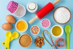 Gâteau de cuisson avec des ingrédients et des outils Image stock
