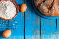 Gâteau de cuisson dans la cuisine rurale - recette de la pâte Image stock