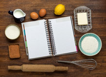 Gâteau de cuisson dans la cuisine rurale - recette de la pâte Images stock