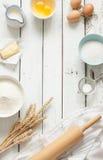 Gâteau de cuisson dans la cuisine rustique - ingrédients de recette de la pâte sur la table en bois blanche Photographie stock