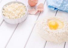 Gâteau de cuisson dans la cuisine rustique - les oeufs d'ingrédients de recette de la pâte, farine, lait, le beurre, sucre sur le Photo libre de droits