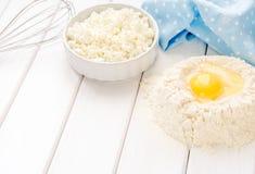Gâteau de cuisson dans la cuisine rustique - les oeufs d'ingrédients de recette de la pâte, farine, lait, le beurre, sucre sur le Images stock