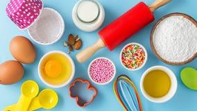 Gâteau de cuisson sur la table bleu-clair Photos stock