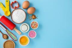 Gâteau de cuisson sur le fond bleu Image stock