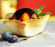 Gâteau de dessert dans le panier Image stock