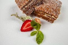 Gâteau de dessert sur un fond blanc photo libre de droits